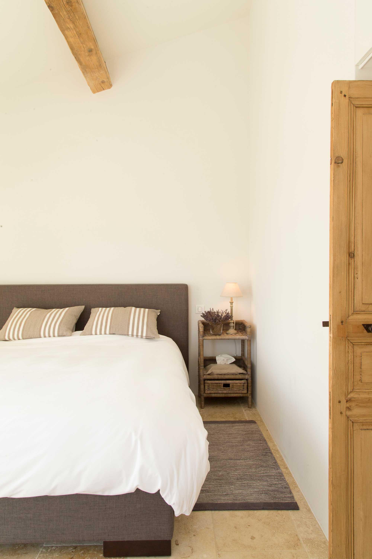 clos de la badelle slaapkamer stof hout