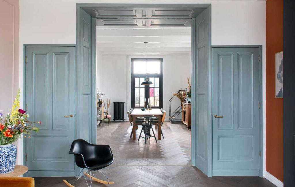 vtwonen 08-2020 | doorkijk in woonkamer met blauwe deuren
