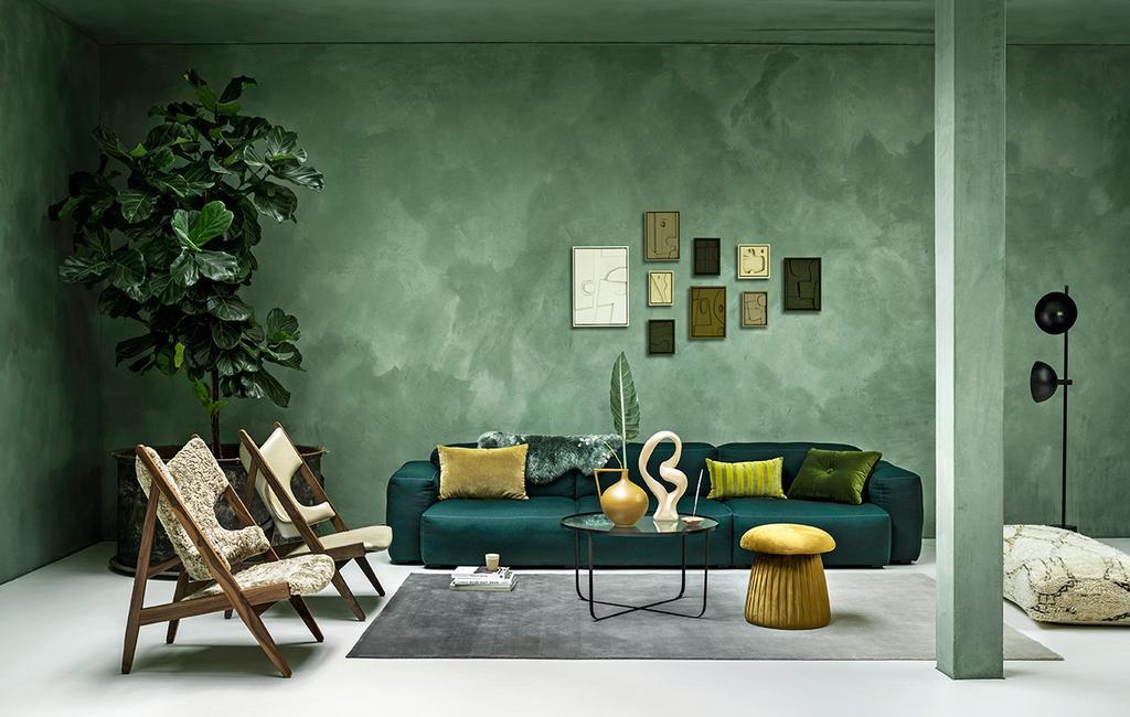 vtwonen 01-2021 | woonkamer met groene elementenbank en okergele poef