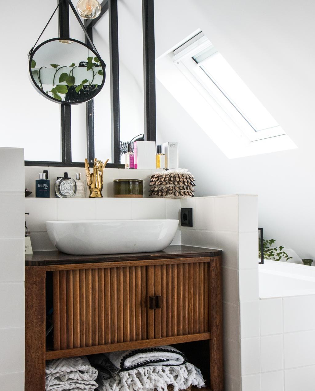 vtwonen 07-2020 | binnenkijken Zaandam badkamer met vintage houten wastafelkast
