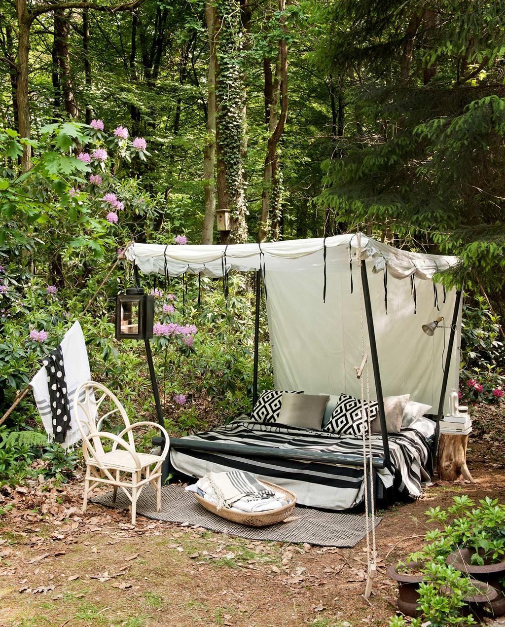 vtwonen special zomerboek 08-2020 | ligbed met een overkapt zonnedoek en gestreepte kussens