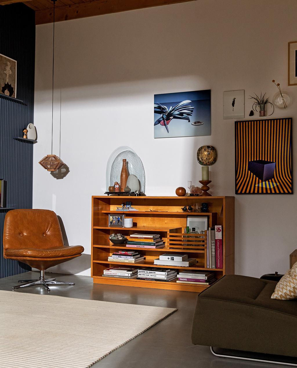 vtwonen 03-2021 | blauw en oranje kunst aan de muur met kast