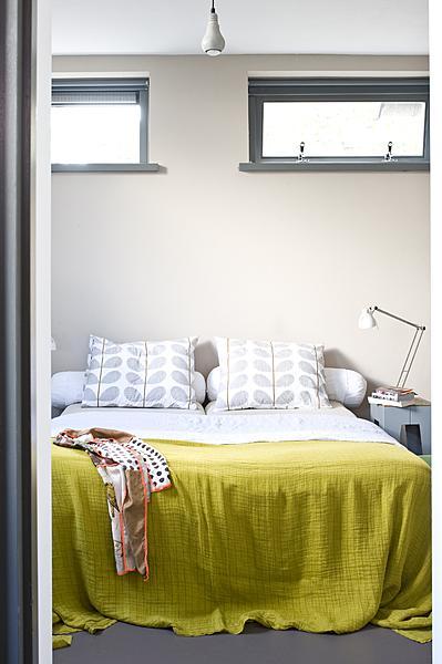 witte slaapkamer groen sprei