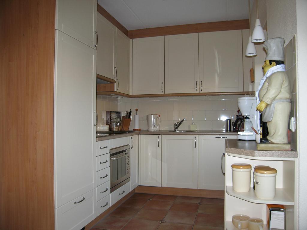 de-keuken-voor-de-verbouwing-een-typische-jaren-90-uitstraling-qua-kleur-en-met-weinig-werkruimte-en-bovenkastjes