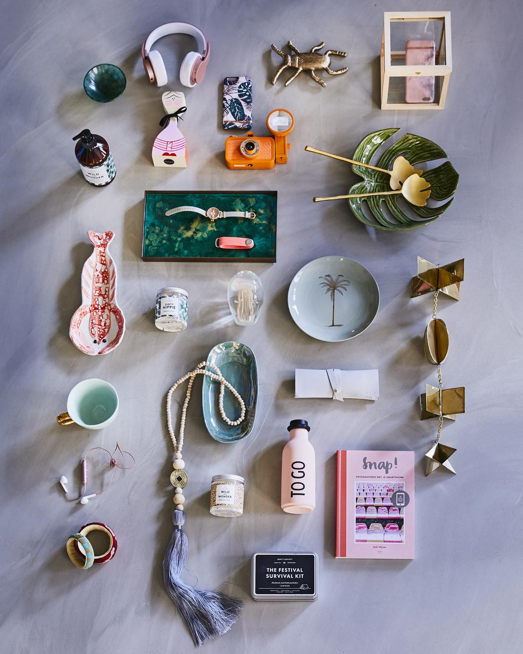 Een tafel vol met cadeaus