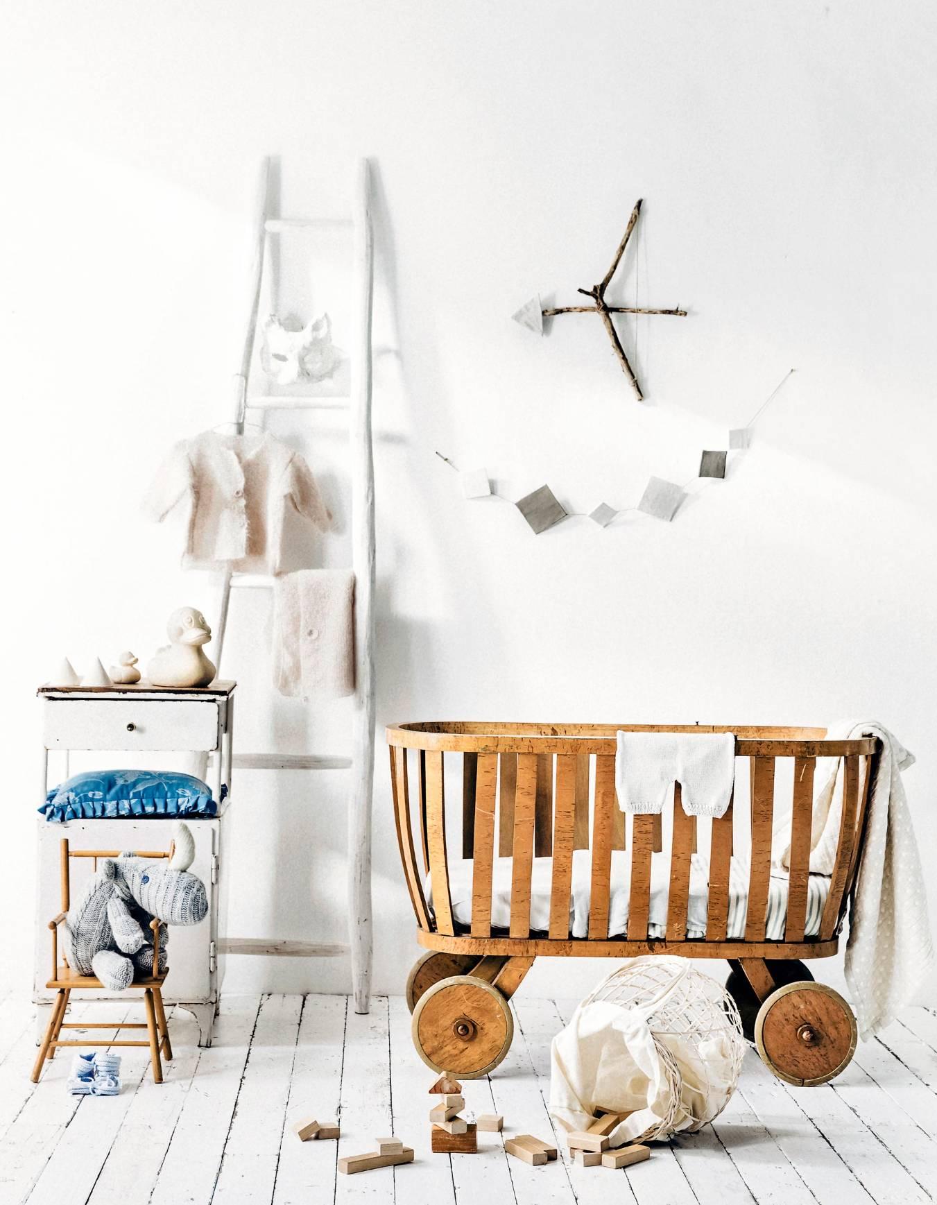kinderkamer wieg houten vloer