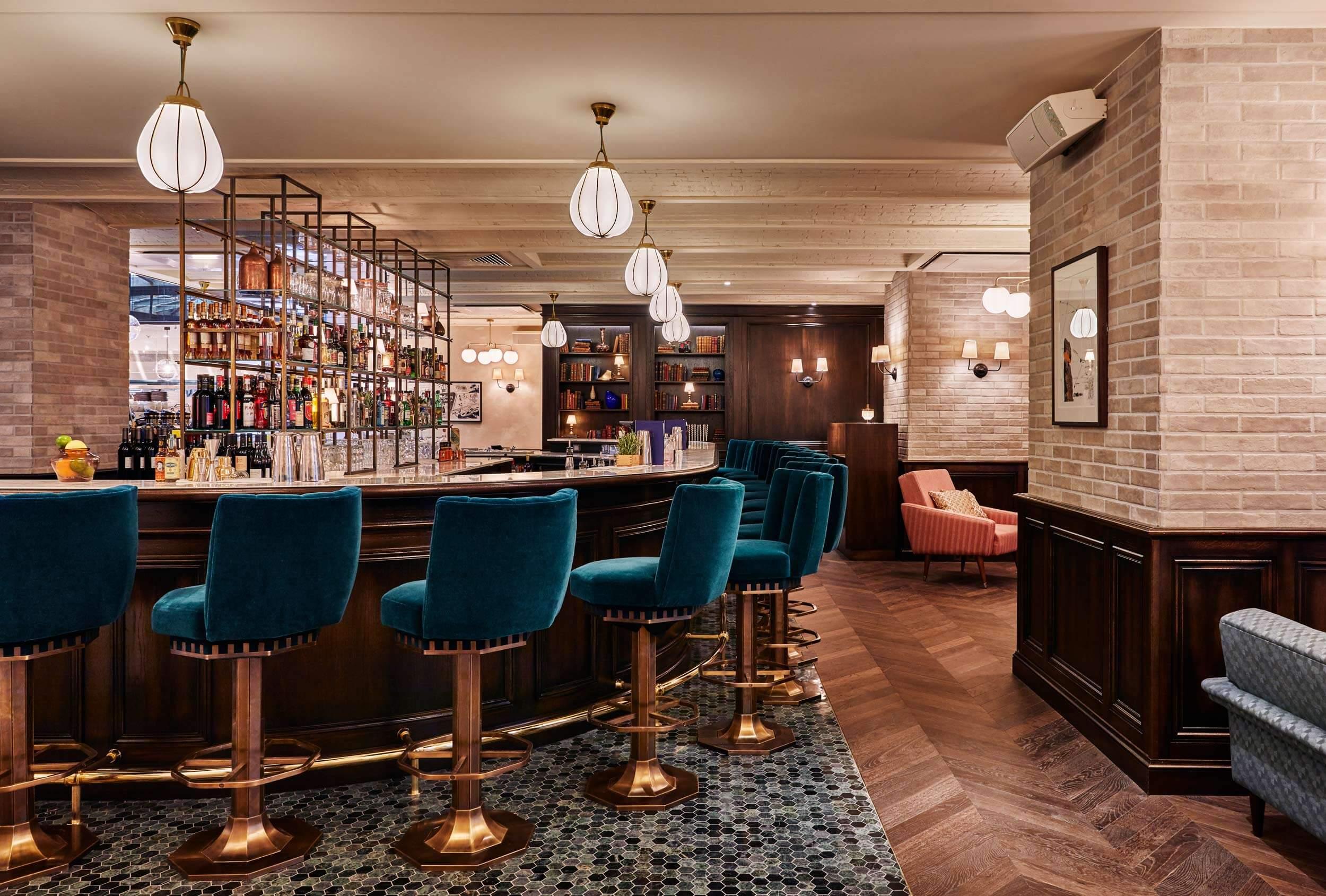 The Hoxton Paris, hotel in Parijs met koperen en turquoise barstoelen