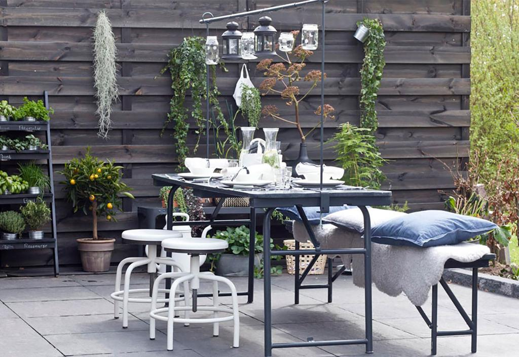 Jardin avec des lanternes suspendues