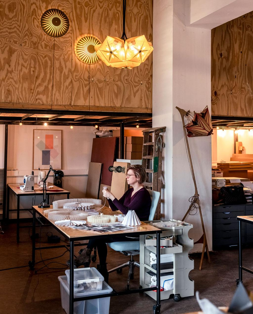vtwonen 06-2021 | Susanne aan het werk op haar atelier met modieuze lampen