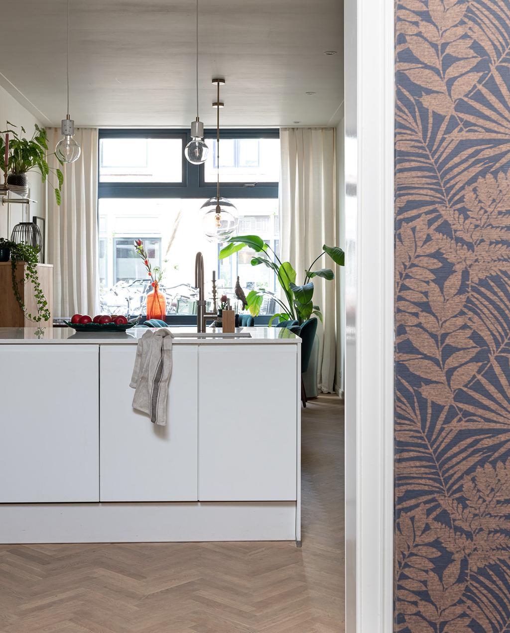 vtwonen special tiny houses | behang van bloemen bij de keuken