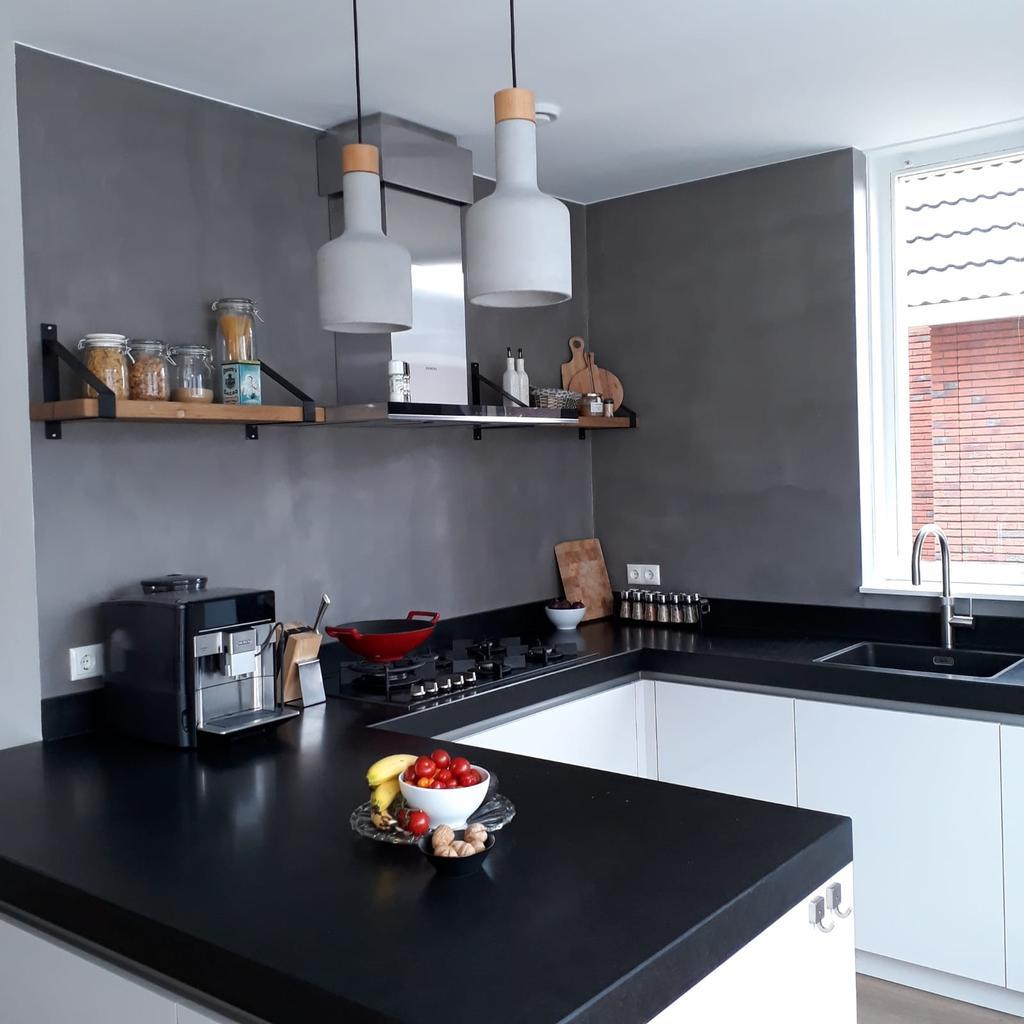 onze-keuken-met-betonstuc-op-de-muur-een-8-cm-dik-natuurdtenen-blad-en-2-plankjes-van-hetzelfde-oude-eikenhout-als-de-eettafel