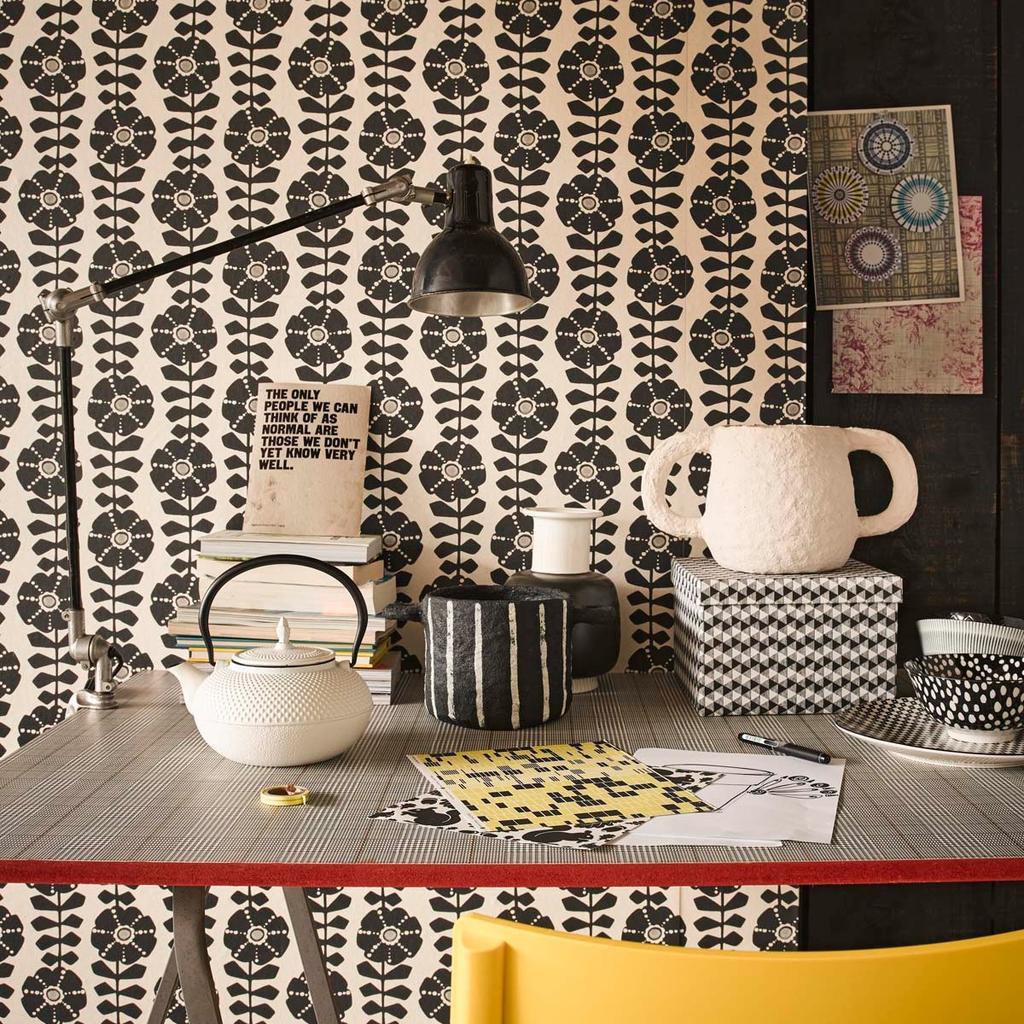 behang, zwart-wit, werkplek, bureaulamp, theedrinken, theepot, servies, geel, schilderen met porseleinverf