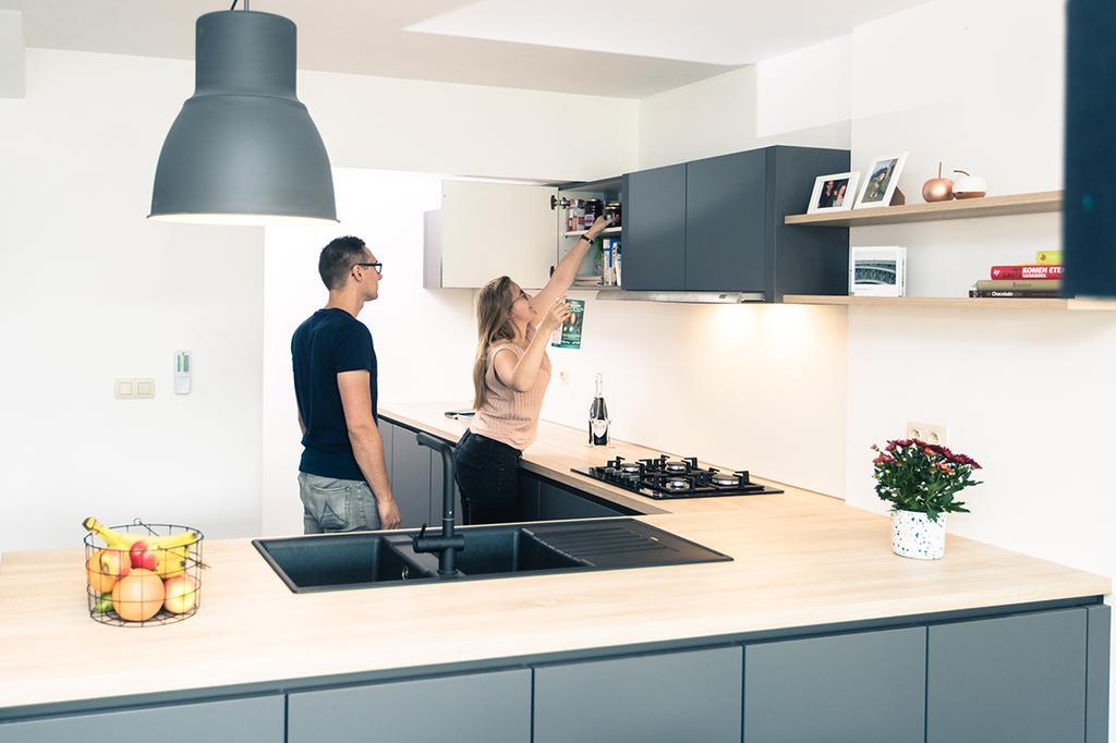 Charlotte en Brecht in hun nieuwe keuken van èggo
