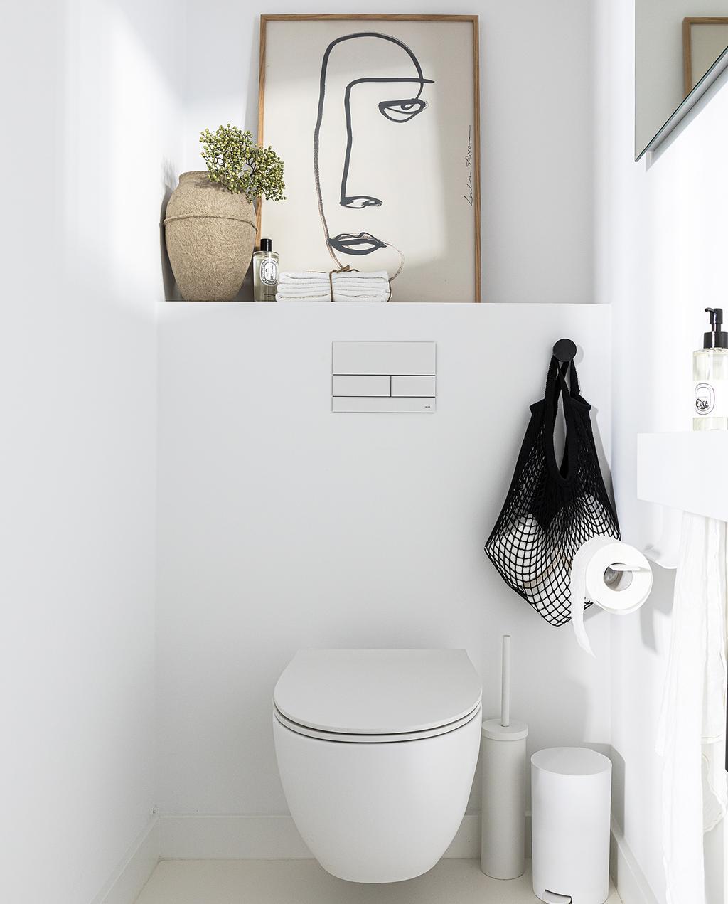 vtwonen 04-2021 | toilet met kunst van gezicht