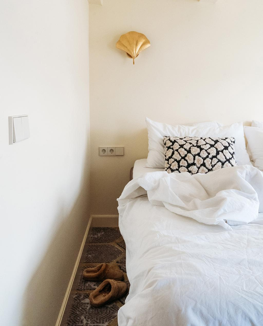 vtwonen 03-2021 | bed in slaapkamer met wit beddengoed en zwart wit kussen