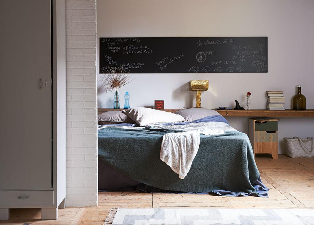 lange houten plank achter het bed in slaapkamer
