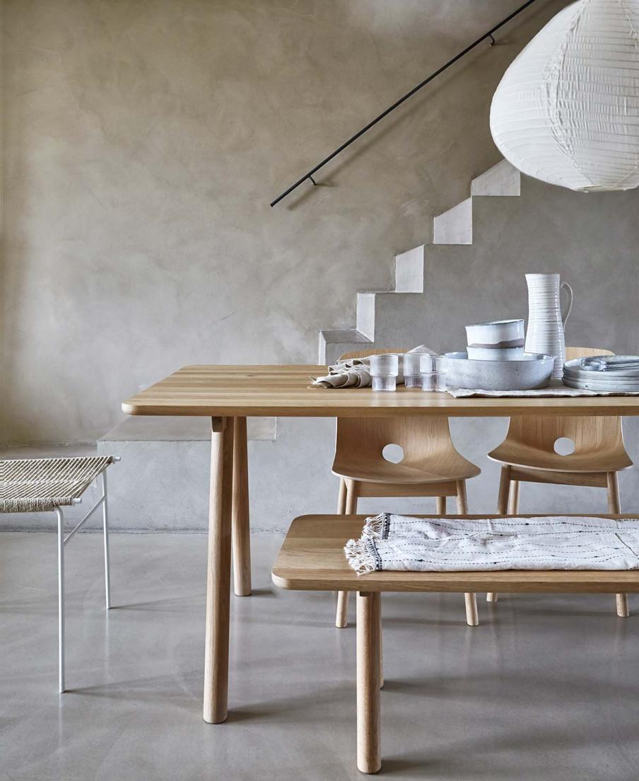 Table et chaises ton naturel escalier gris.