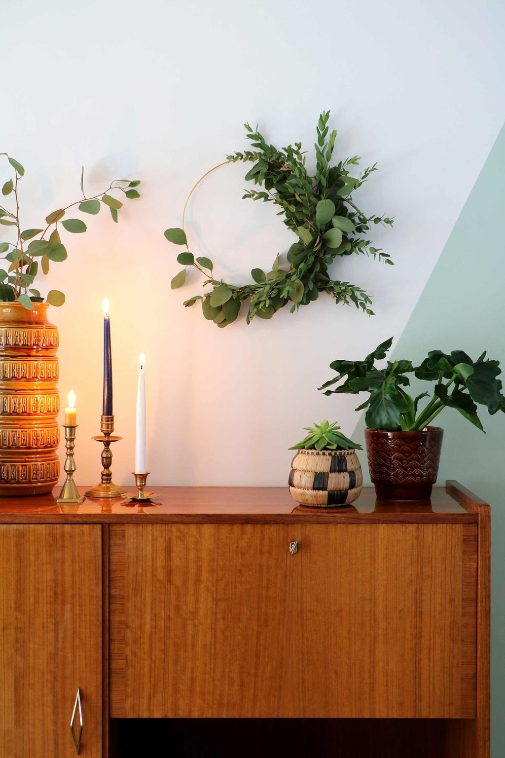 Krans met eucalyptus aan muur My Attic