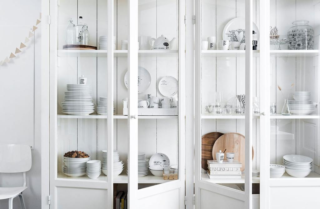 Servies van vtwonen happy collection in witte kast