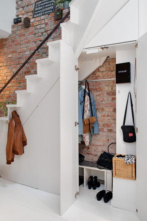 Je kunt ook een walk in closet onder een trap maken
