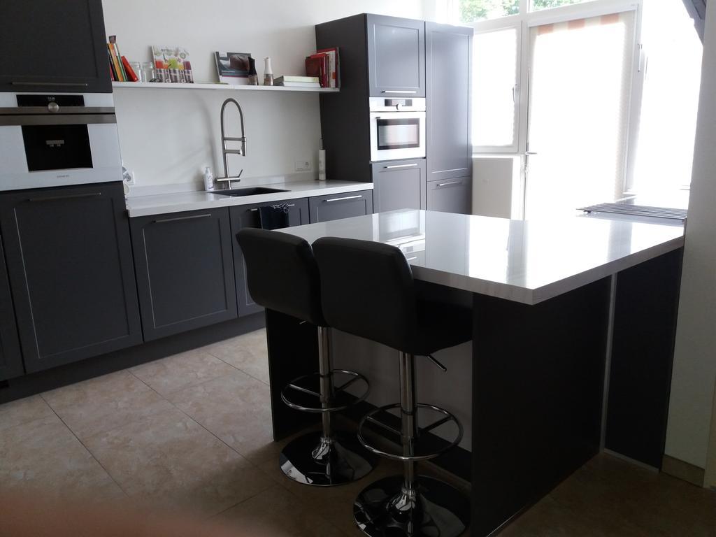 gezellig-bij-het-kookgebeuren-kunnen-zitten-en-tevens-werkruimte-afzetruimte