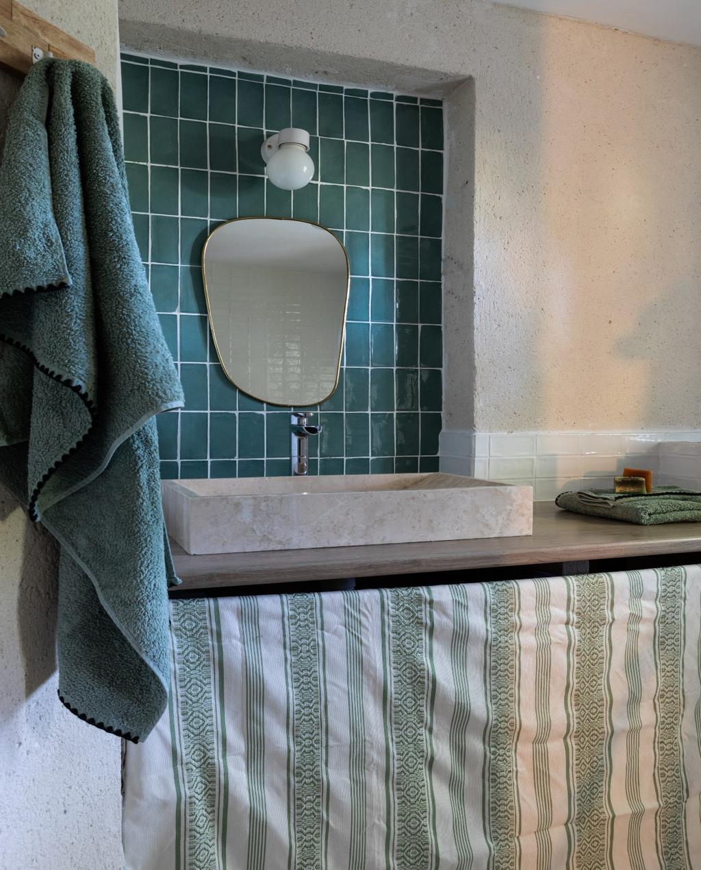 vtwonen 08-2020 | bk buitenland frankrijk badkamer met blauwe tegels