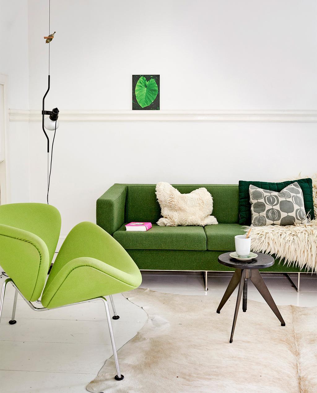 vtwonen 07-2021 | een donker groene bank met een lichtgroene fauteuil en witte muren