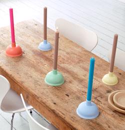 ></p> <h2>Ontstopper kaarsen</h2> <p>De onderkant van de ontstopper is perfect op een lange kaars in te zetten. De houten stok haal je uit de ontstopper en het rubberen gedeelte verf je in een mooie kleur welk bij jouw interieur past. Stop een kaars op de plek van de stok en je hebt een originele kaarsenstandaard gemaakt. Tip: maak meerdere standaarden en verf ze in verschillende kleuren.</p> <h2>Nodig voorontstopper kaarsen</h2> <ul> <li>ontstopper, 11,5 cm € 2,75 of 13,5 cm € 3 (H. v.d. Boomgaard)</li> <li>kaarshouders van aluminiumfolie</li> <li>universeel primer in de gewenste kleur. Hier is gebruikgemaakt van S0.70.77 (blauw), C0.25.65 (roze), G0.35.75 (geel) en L0.10.80 (groen) uit de Flexa colors collectie (Phoenix)</li> <li>ontvettings- of afwasmiddel</li> <li>lakkwast of -roller. Met een kwast krijg je een betere hechting</li> <li>kaarsen, hier zijn de kleuren roze, aqua en linnen gebruikt (Sissy-Boy)</li> </ul> <h2>Werkwijzeontstopper kaarsen maken</h2> <ul> <li>Verwijder de houten stok van de ontstopper.</li> <li>Onvet het rubberen deel.</li> <li>Verf het rubber is meerdere dunne lagen. Hoe meer lagen hoe beter.</li> <li>Plaats kaarsenhouder en kaars.</li> </ul> <p>Tijd:10 minuten per standaard (excl. droogtijd)</p> <p>Bron: 101 Woonideeën</p>                                                           <div class=