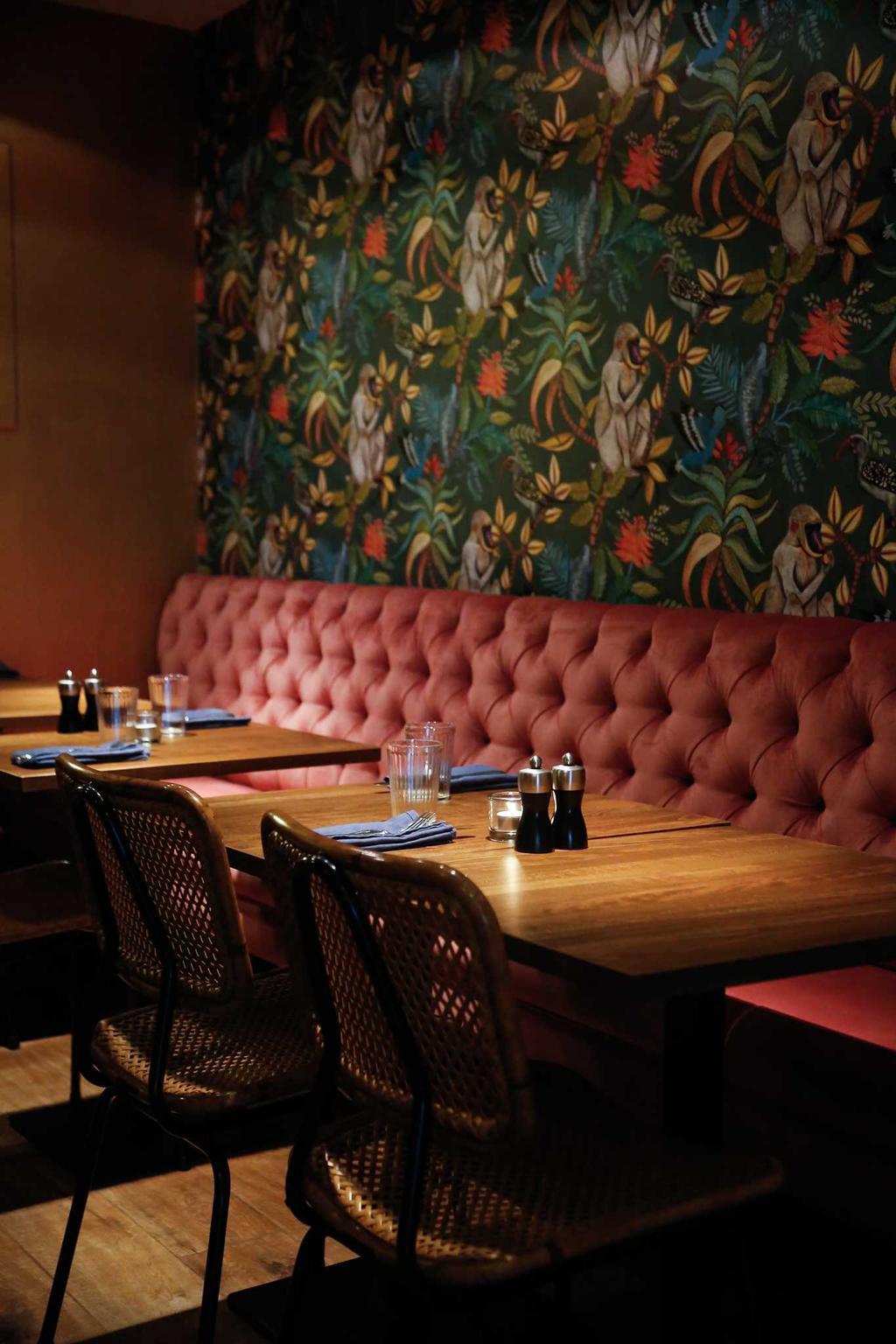 restaurant fons met kleurrijk interieur en houten tafels