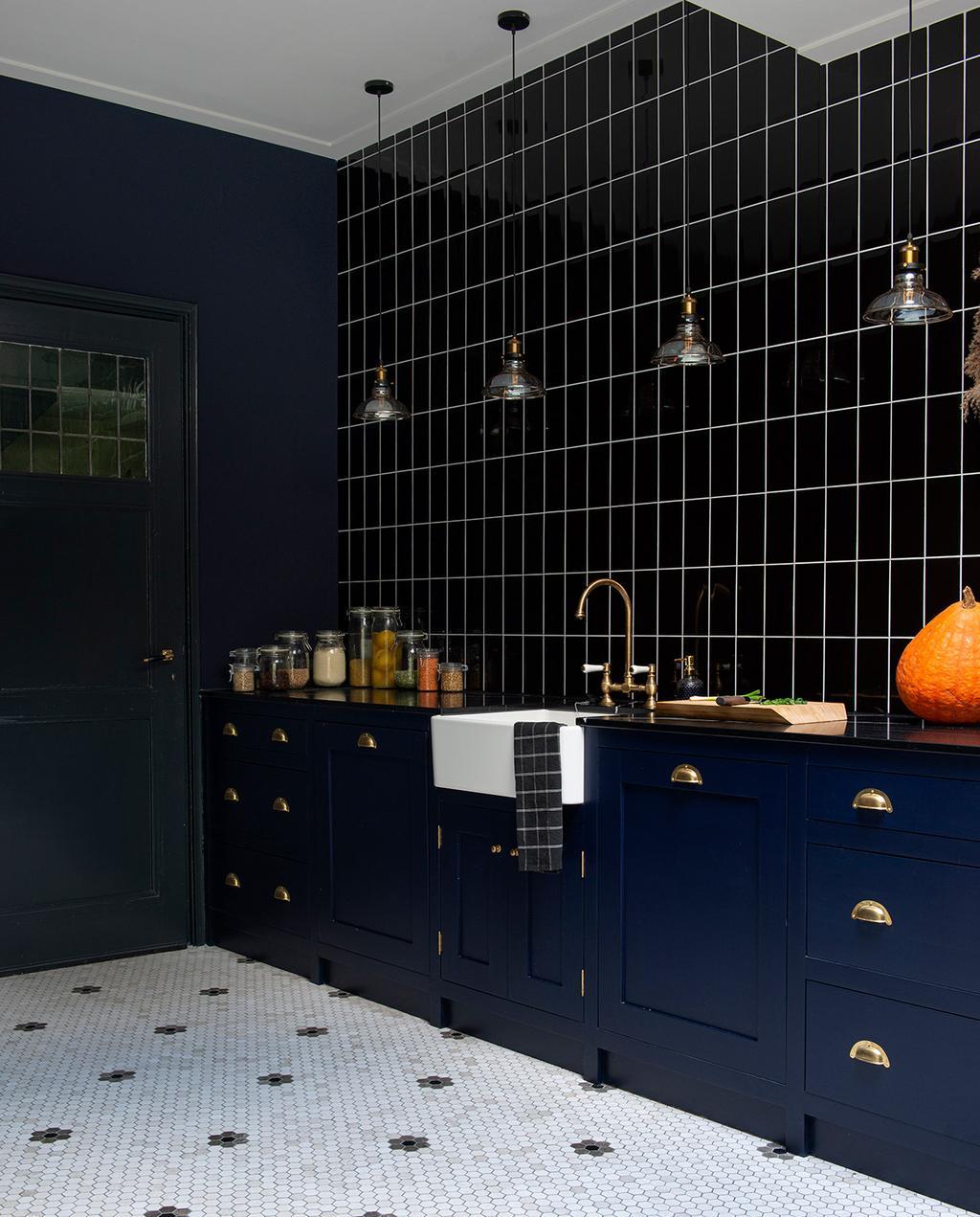 vtwonen 03-2021 | keuken in art deco stijl met gouden hanglampen