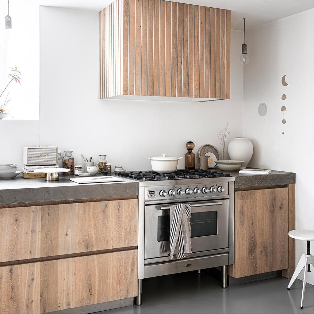 vtwonen 2020 DIY special 01   latten schouwombouw hout en beton keuken