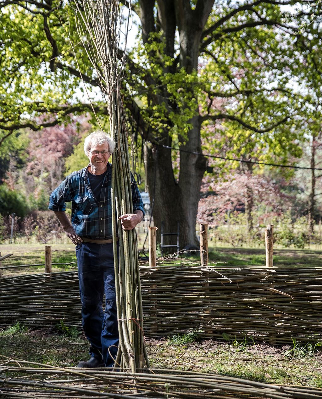 vtwonen tuin special 2 2020 | wilgen takken in bos vastgehouden door Piet-Hein