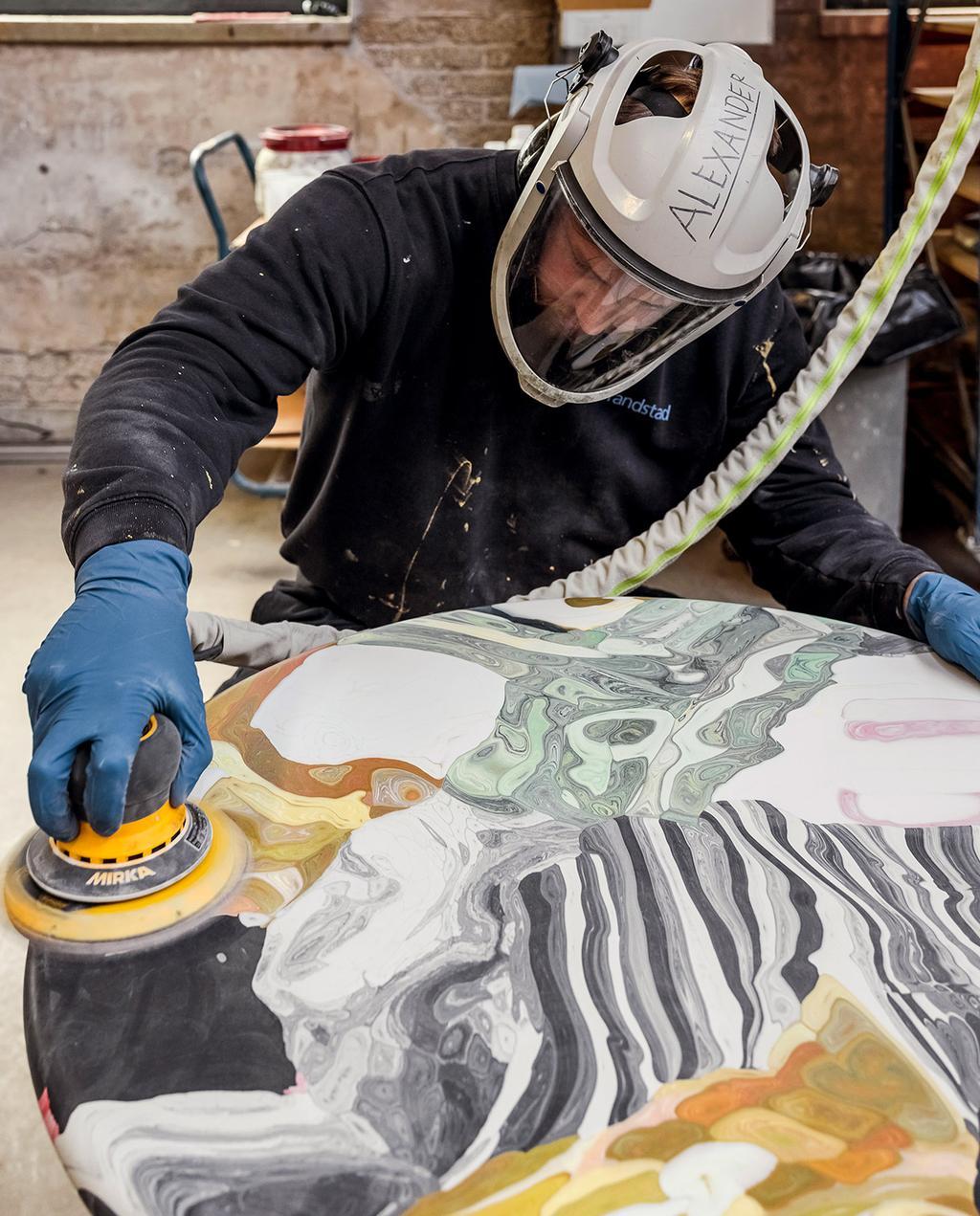 vtwonen 07-2021   ambachtelijk aan het werk met helm en een tafel