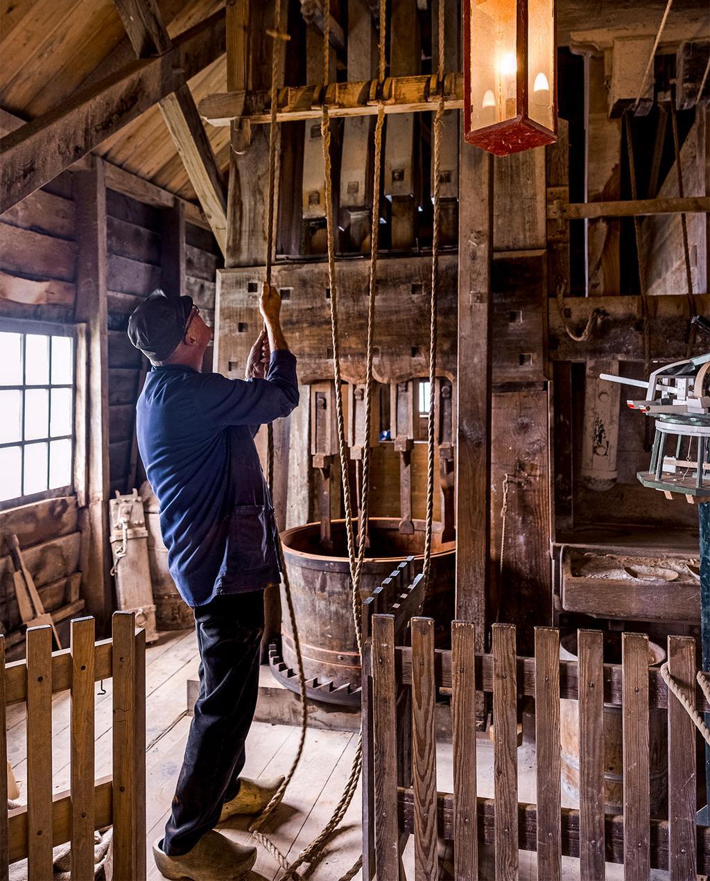 vtwonen 09-2021   de binnenkant van de molen met piet op klompen