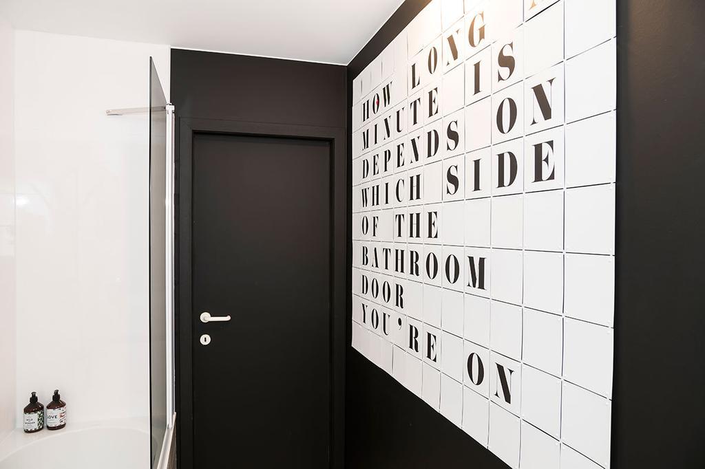 Wanddecoratie van IXXI in de badkamer van Hanne uit de zevende aflevering van het tweede seizoen van 'Een frisse start met vtwonen'.