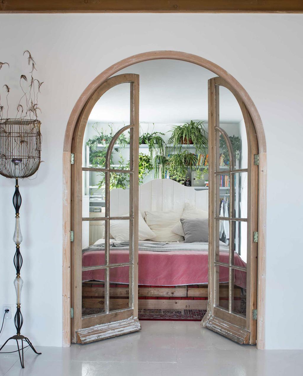 ronde deur van glas en hout voor slaapkamer