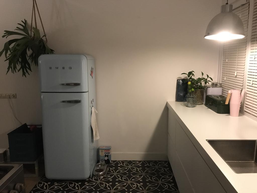 smeg-koelkast-past-perfect-bij-de-stoere-uitstraling-van-deze-keuken
