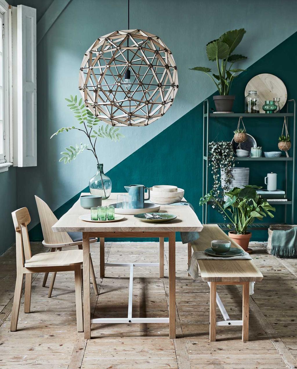 woonkamer   groen   eetkamer   diagonaal schilderen   hanglamp   houten eettafel