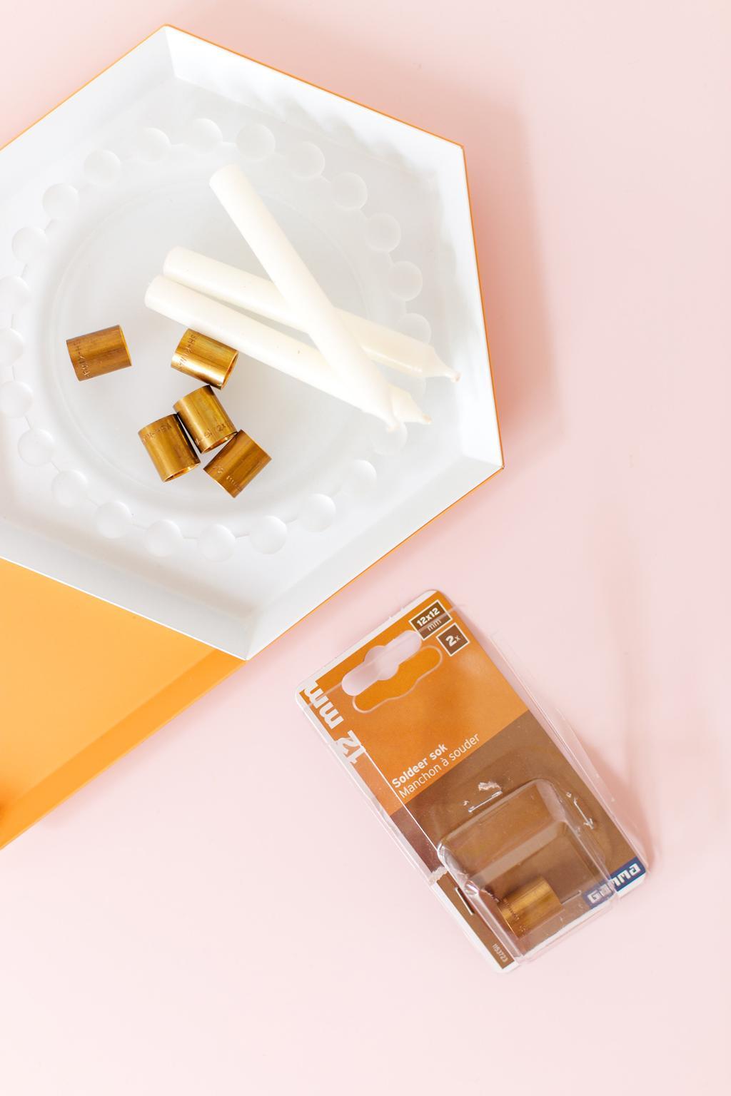 Messing op dienblad met witte kaarsen door blogger Oh Marie!