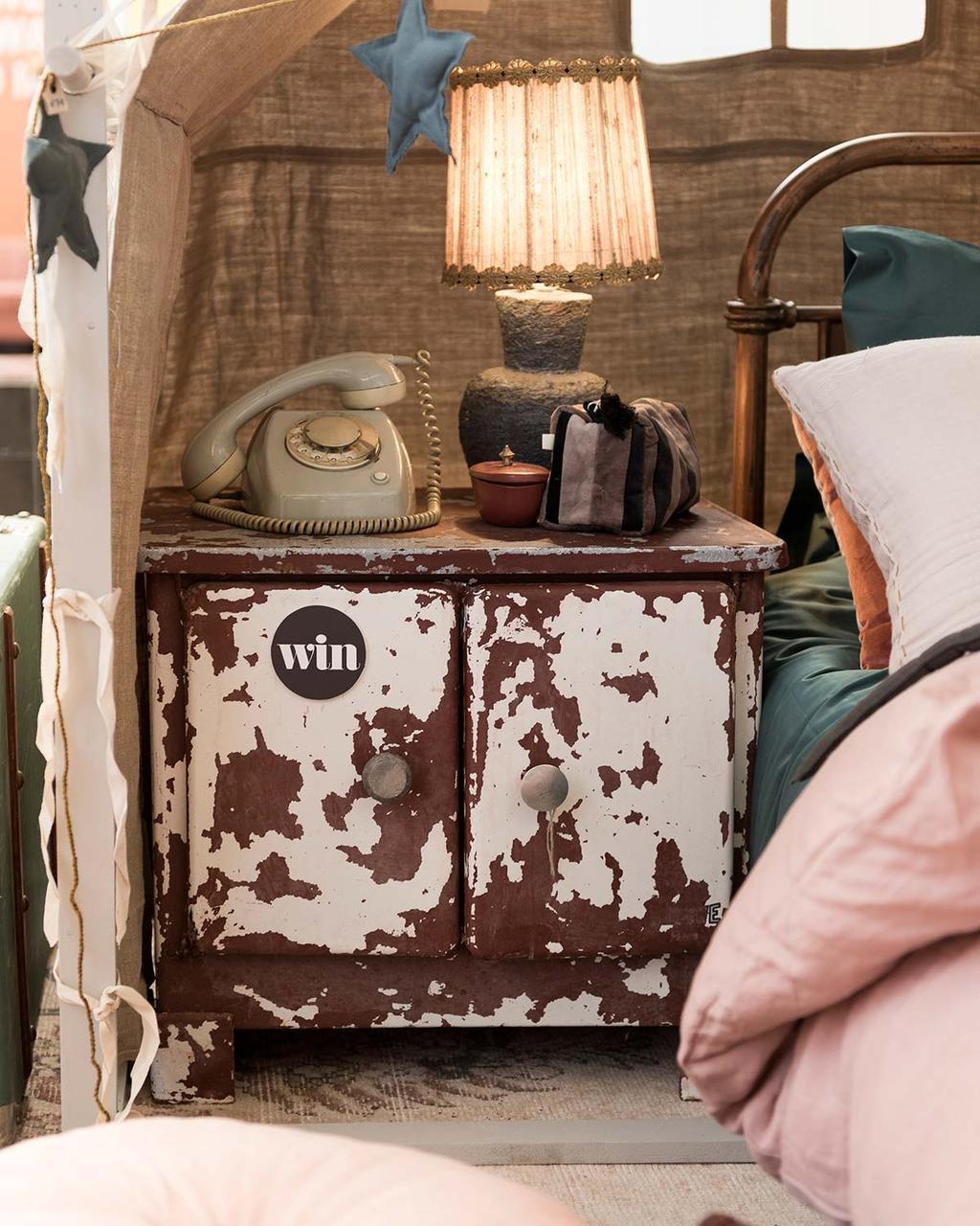 Kinderkamer in het vtwonen huis: win een vintage nachtkastje van Spoor 38