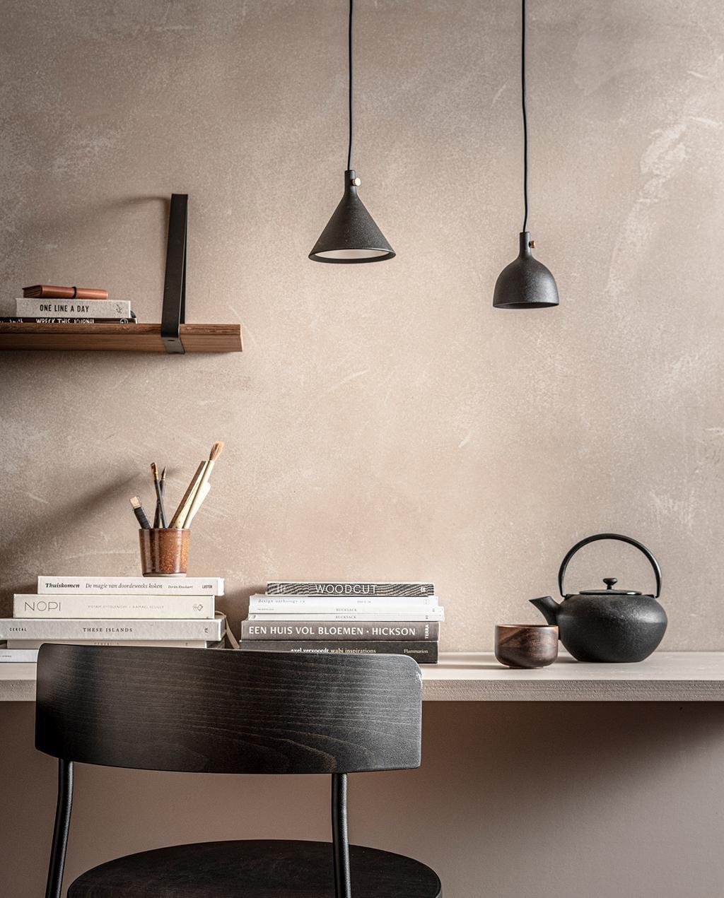 vtwonen 02-2021 | DIY bureau met zwarte stoel, theepot en lampen