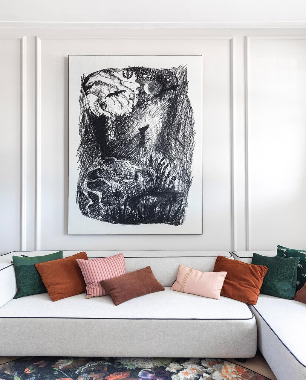 vtwonen 01-2021 | binnenkijken bij interior junkie woonkamer met witte bank, gekleurde kussens en abstract schilderij