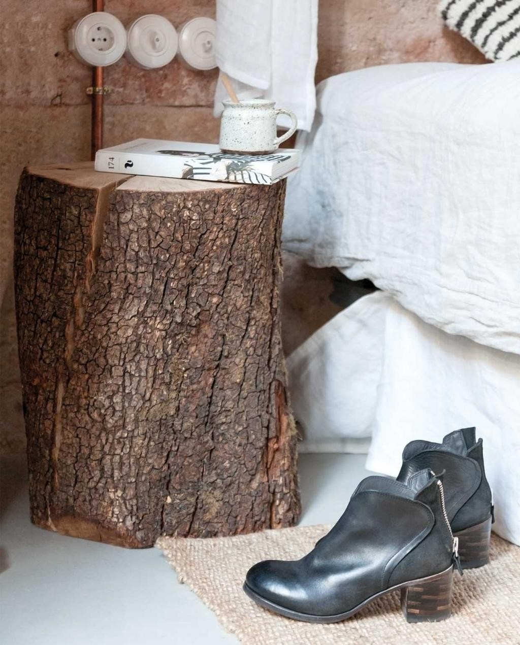 vtwonen 09 | Binnenkijker | boomstammen nachtkastje