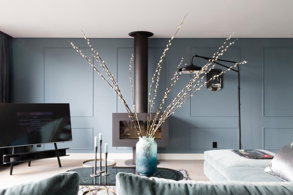 Blauwe wand met houtkachel