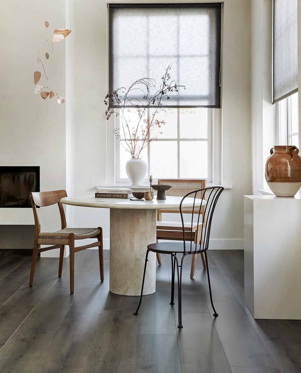 vtwonen 08-2021 | ronde tafel met verschillende stoelen
