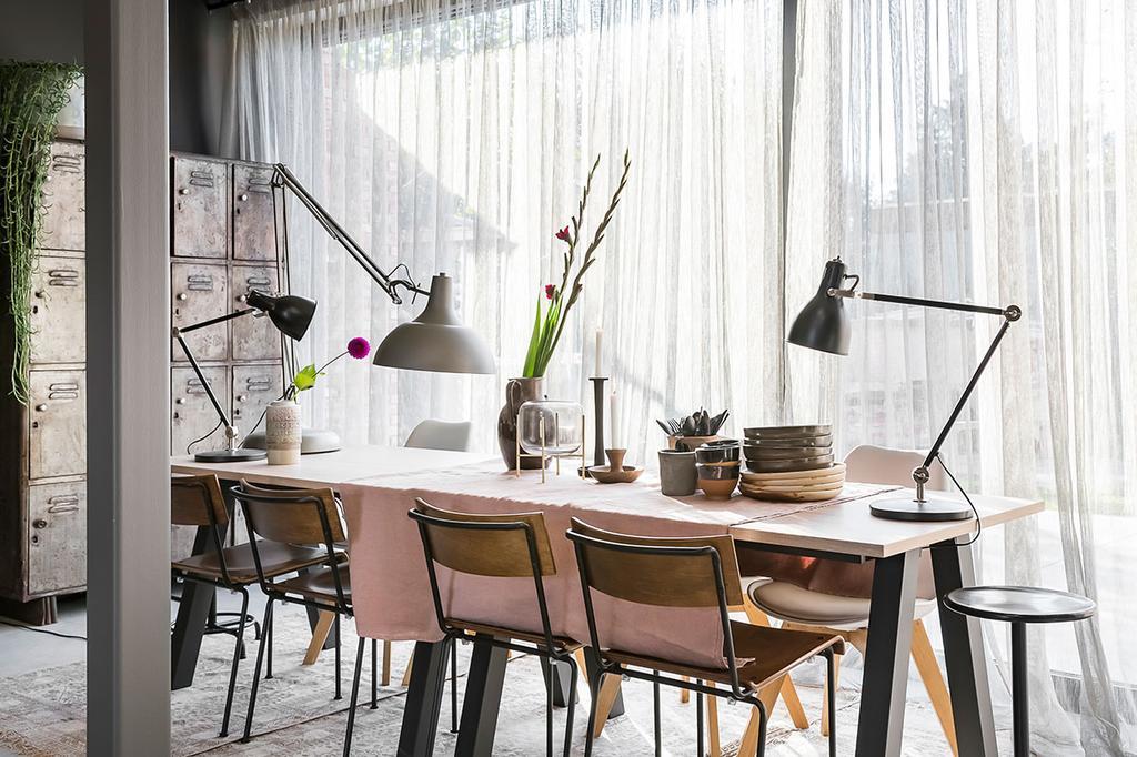 De raamdecoratie bij de eettafel van Loes en Kim uit de eerste aflevering van het tweede seizoen van Een frisse start met vtwonen.