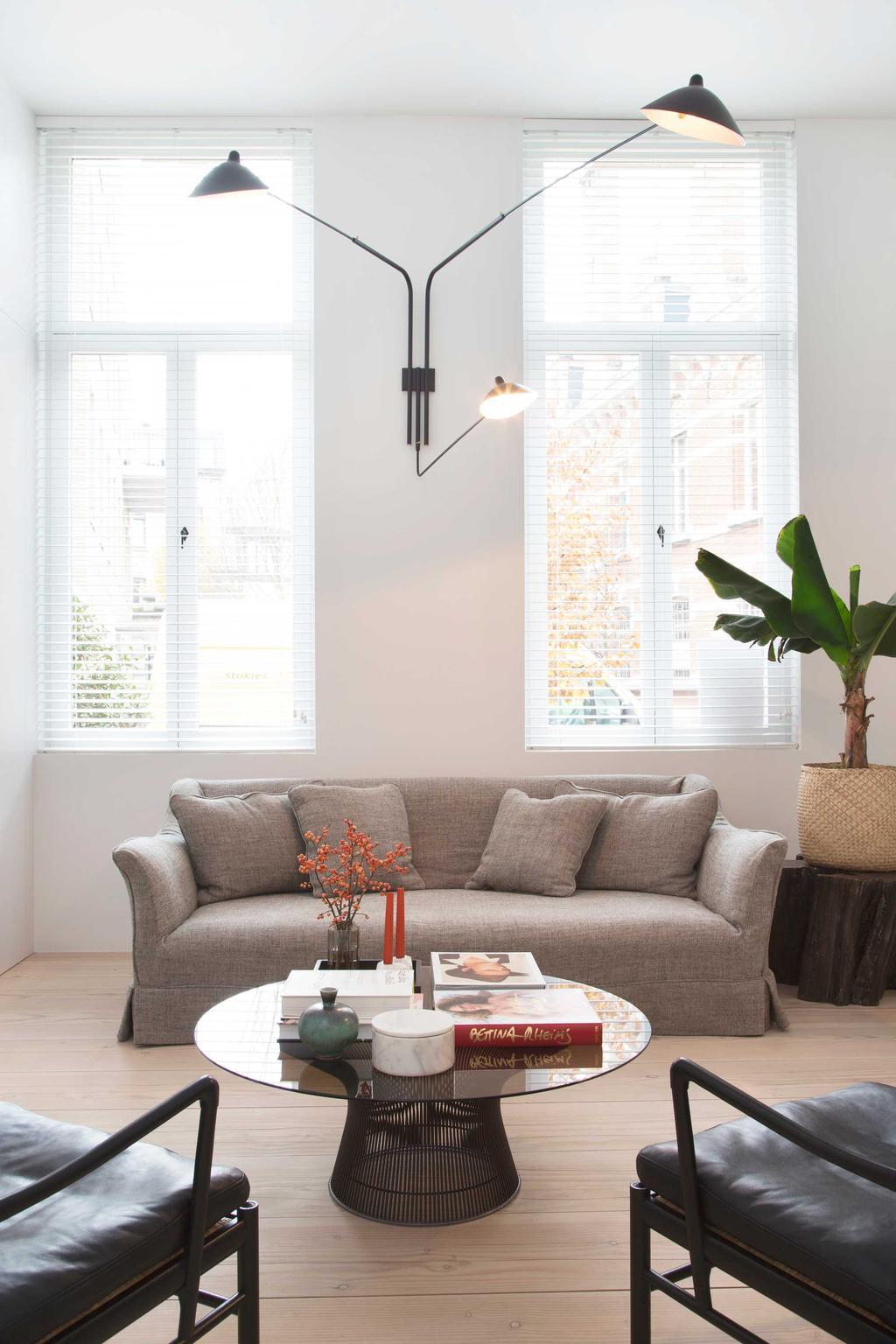 bk bruine zetel in woonruimte en tafel
