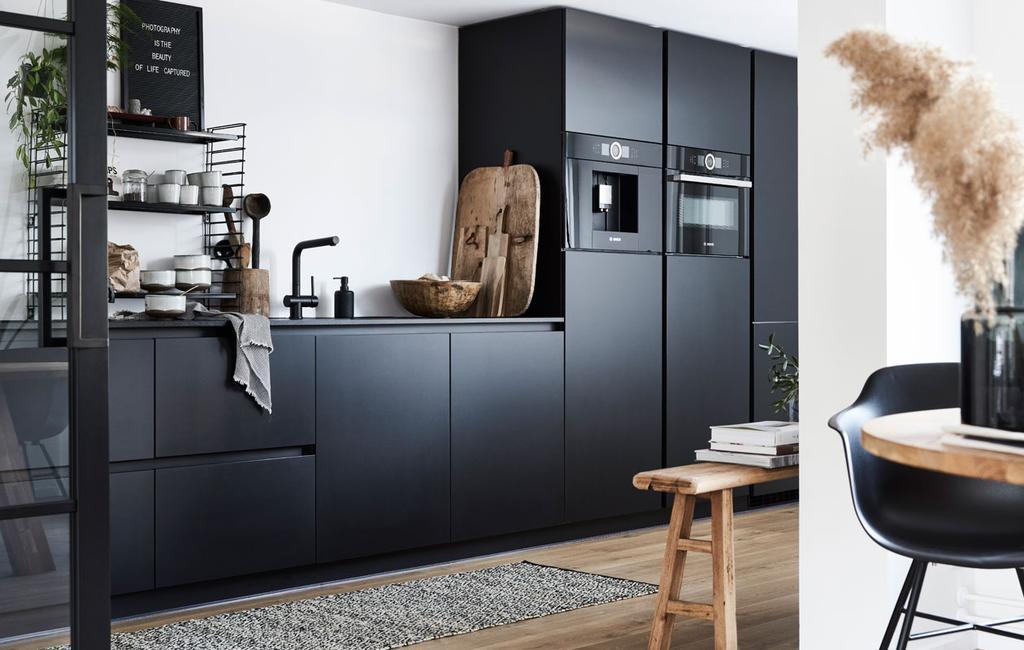 Binnenkijken in een stoere, zwarte keuken in Oentsjerk