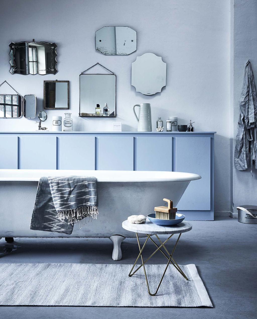 vtwonen 05-2016 | badkamer met verschillende spiegels aan de muur