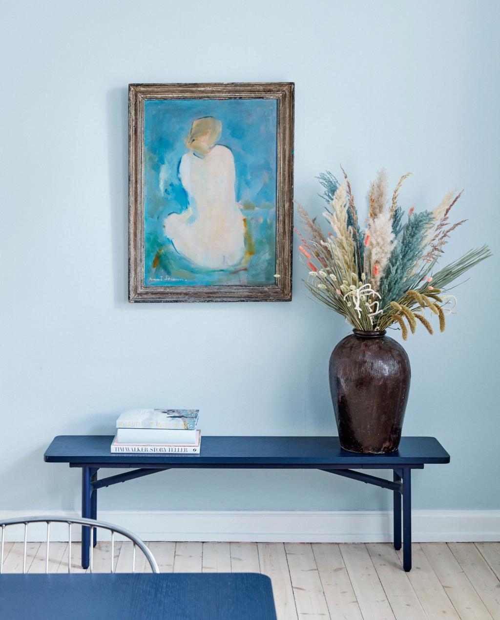 vtwonen 06-2020 | Appartement Kopenhagen sidetable met vaas en schilderij aan de muur